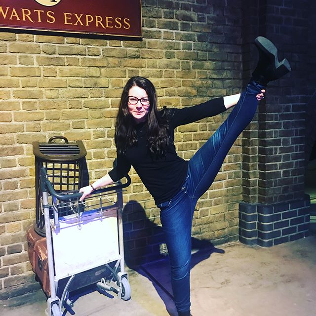 Top tips for fitness and flexibility... 1️⃣incorporate casual stretches when waiting for your train 🚂 🤣🧙🏻♂️⚡️ ▪️▪️▪️ Be bendy like a wand... ▪️▪️▪️ Hahaha ok so seriously all my childhood dreams came true today at #wbharrypottertour 🎉 and I know this is a fitness insta so I had to do something to be able to nerd out, right? ▪️▪️▪️ 2️⃣ I also highly recommend playing sports that become hobbies so you don't dread the gym... quidditch, for example! Swipe right for an instructional video for beginners on how to kick things off with your broom! 👉🏼 . . . . . #nutrition #balance #kaylasarmy #bbg #bbgcommunity #girlgains #strongnotskinny #screwthescale #harrypotter #BBGgirls #wellness #girl #kaylaitsines #quidditch #sweatwithkayla #tiuteam #follow #bbgstronger #girlswholift #tiucheckin #fitfam #teamkayla #strengthfeed #girlswithmuscle #gains #kobox #harrypotterworld #harrypotterfitness #ReNourish